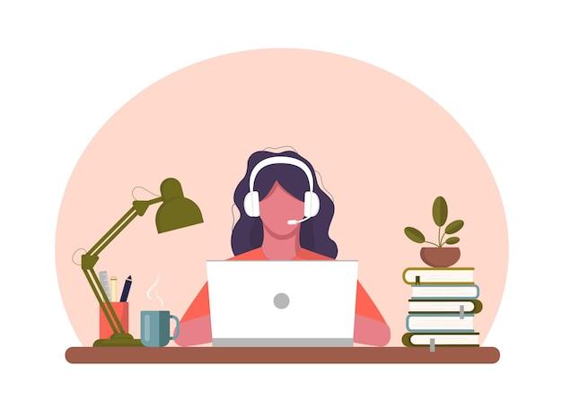 Dziewczyna z laptopa siedzi na krześle