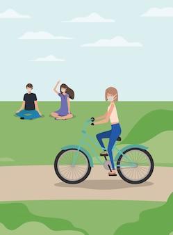 Dziewczyna z medyczną maską na cyklu i ludzie przy parkiem