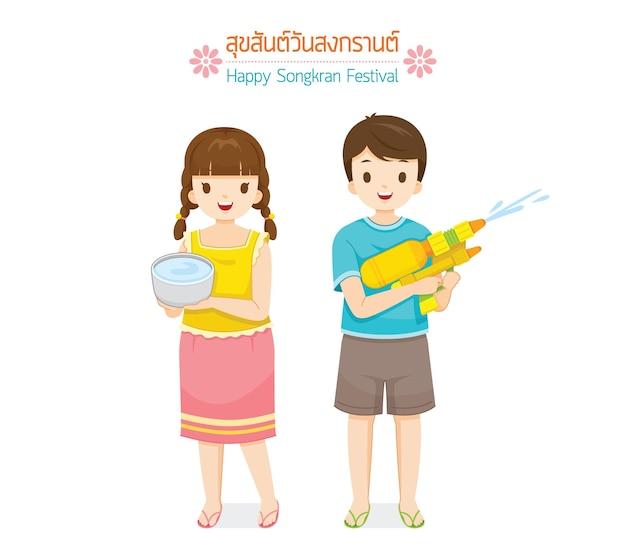 Dziewczyna z miską na wodę i chłopiec z tradycją pistoletu na wodę tajski nowy rok suk san wan songkran tłumacz wesołego festiwalu songkran