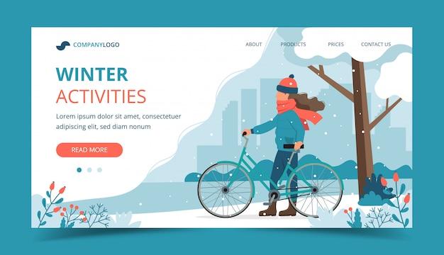 Dziewczyna z rowerem w parku w zimie.