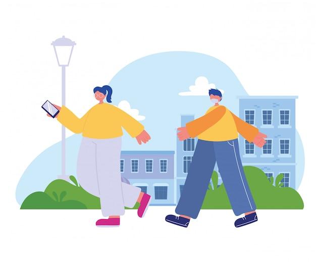 Dziewczyna z smartphone i chłopiec z maski medyczne chodzenie na ulicy