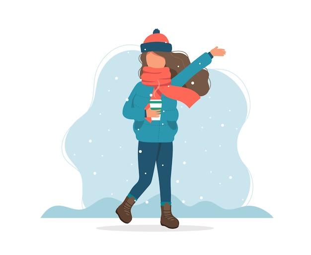 Dziewczyna z śniegiem w zimie z filiżanką kawy.