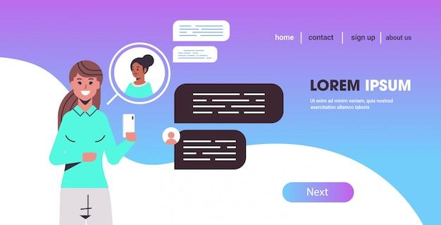 Dziewczyna za pomocą smartfona mix rasy kobiet na czacie sieci społecznej czat bańka komunikacja koncepcja