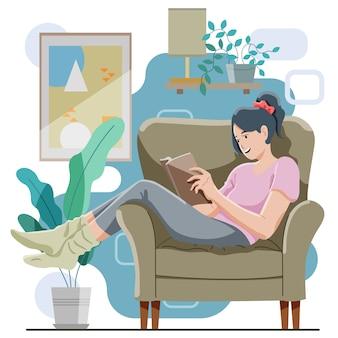 Dziewczyna zrelaksować się na kanapie, czytając książkę