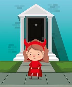 Dziewczynka z kostiumem diabła w postaci wejścia do domu