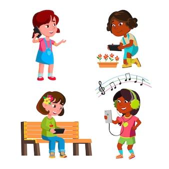 Dziewczyny dzieci za pomocą smartfona zestaw gadżet wektor. preteen panie używają smartfona do komunikacji i robienia zdjęć w aparacie, słuchania muzyki i oglądania wideo. postacie płaskie ilustracje kreskówka