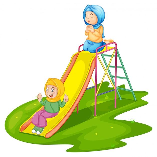 Dziewczyny na placu zabaw na białym tle