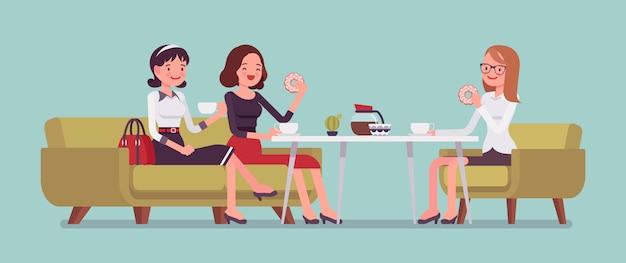 Dziewczyny siedzą w kawiarni