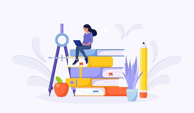 Edukacja online lub szkolenie biznesowe. stos książek i kursy internetowe lub samouczki przez kobietę. edukacyjne seminarium internetowe, zajęcia internetowe, e-learning przez webinarium