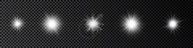 Efekt świetlny flar obiektywu. zestaw pięciu białych świecących efektów starburst z iskierkami na ciemnym przezroczystym tle. ilustracja wektorowa