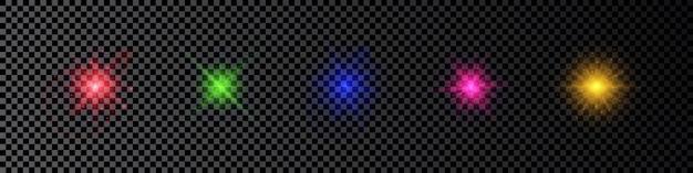 Efekt świetlny flar obiektywu. zestaw pięciu wielokolorowych świecących efektów starburst z iskierkami na ciemnym przezroczystym tle. ilustracja wektorowa