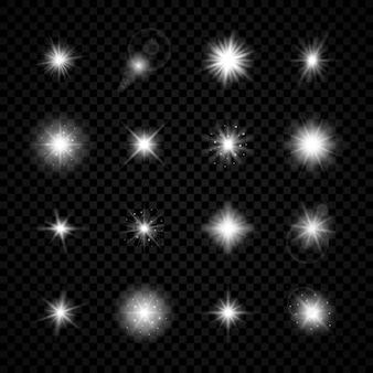 Efekt świetlny flar obiektywu. zestaw szesnastu białych świecących efektów starburst z iskierkami na przezroczystym tle. ilustracja wektorowa
