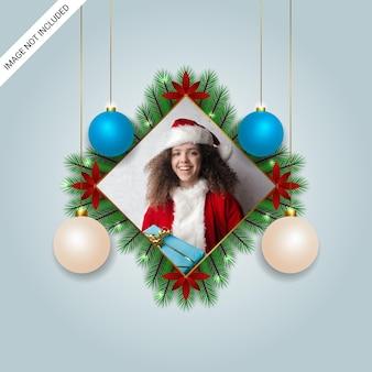Elegancka świąteczna ramka na zdjęcia czerwone kwiaty bombki choinkowe lampki choinkowe i ozdoby świąteczne