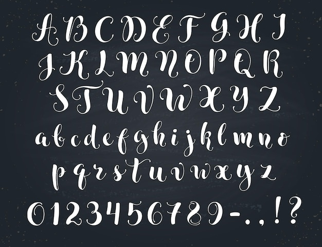 Eleganckie litery kaligrafii. alfabet odręcznie na tablicy. wielkie i małe litery, cyfry i symbole. ręcznie rysowane nowoczesny skrypt.