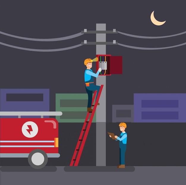 Elektryk naprawiający panel elektryczny, zaciemnienie miasta w nocy