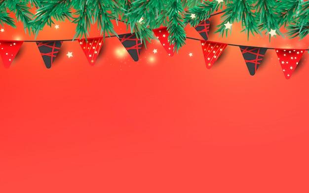 Elementy dekoracyjne na boże narodzenie czy nowy rok. czerwone girlandy flagi, konfetti brokat i gałęzie sosny z miejscem na tekst.