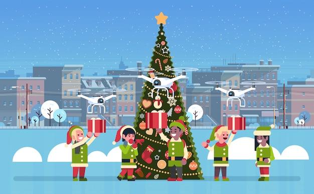 Elf trzymający pudełko prezent drone dostawa usługi boże narodzenie