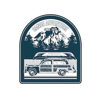 Emblemat, łata, znaczek ze starym samochodem kempingowym w podróży w stylu vintage i nadruk na drewnianym kajaku na dachu na wycieczkę rzeczną przygoda, letni camping, outdoor, naturalny, koncepcja.
