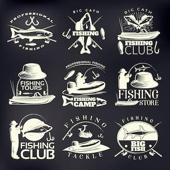Emblemat wędkarski osadzony w ciemności z profesjonalnym obozem wędkarskim klubu wędkarskiego big catch i opisami sklepów