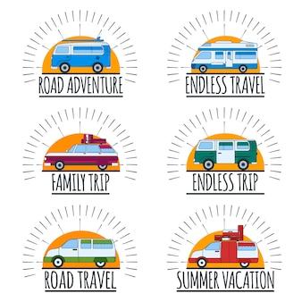 Emblematy podróży. zestaw samochodów dostawczych z tekstem. przygoda na drodze, letnie wakacje
