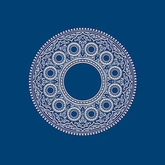 Etniczna delikatna biała okrągła mandala na niebiesko