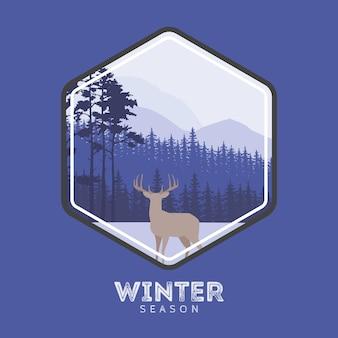 Etykieta jelenia w lesie zima. sosnowy krajobraz, góry pokryte śniegiem. koncepcja na logo, pocztówki, strony internetowe.