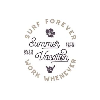 Etykieta wakacji letnich. godło w stylu surfingu, projektowanie logotypu. w zestawie kwiat, znak shaka i elementy typografii. używaj do odzieży, t-shirtów, druku, plakatów. wektor zapas na białym tle.