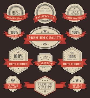 Etykiety na produkty ekskluzywne w stylu vintage. wyblakły stary papier ozdobiony czerwoną wstążką.