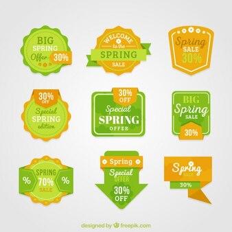 Etykiety sprzedaży wiosną i odznaki w kolorach zielonym i żółtym