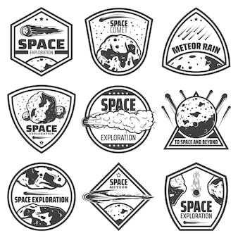 Etykiety vintage monochromatyczne komety z napisami spadającymi meteorami, asteroidami i meteorytami na białym tle