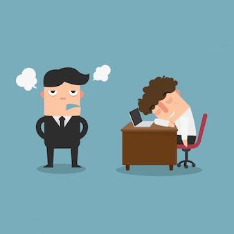 Facet śpi za biurkiem, gdy stoi zły dyrektor