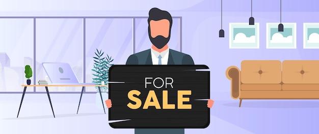 Facet w okularach trzyma drewnianą tabliczkę z napisem na sprzedaż. młody człowiek posiadający drewniany znak. koncepcja sprzedaży mieszkania, biura lub budynku. wektor.