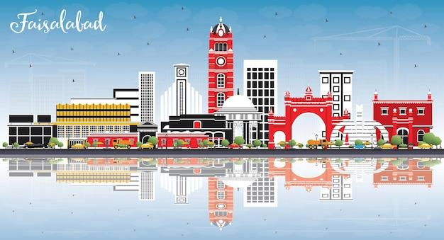 Faisalabad pakistan city skyline z szarymi budynkami, niebieskim niebem i odbiciami. ilustracja wektorowa. podróże służbowe i koncepcja turystyki z nowoczesną architekturą. faisalabad gród z zabytkami.
