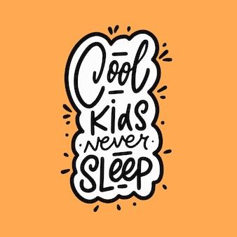 Fajne dzieci nigdy nie śpią ręcznie rysowane czarny kolor napis cytat nowoczesnej typografii tekst wektor ilustracja na białym tle żółtym tle