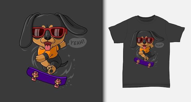 Fajny jamnik grający na deskorolce z projektem koszulki