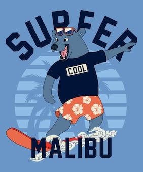 Fajny niedźwiedź surfing