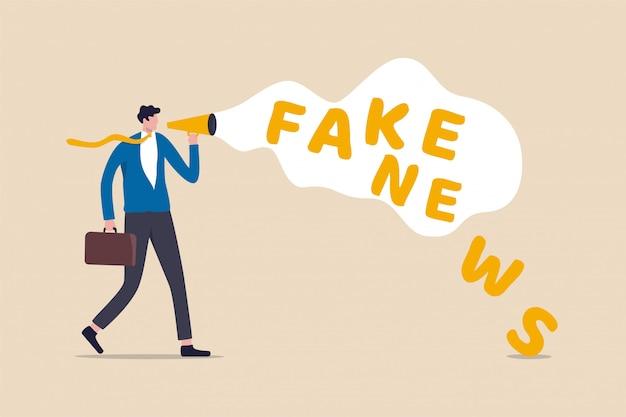 Fałszywe wiadomości lub wprowadzające w błąd informacje, które ludzie udostępniają w mediach społecznościowych i koncepcji internetu, biznesmen trzyma megafon mówiący lub przekazujący fałszywe wiadomości.