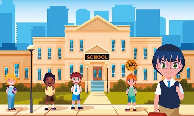 Fasada szkoły z uroczymi małymi uczniami