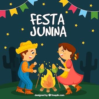 Festa junina tło z szczęśliwymi ludźmi przy ogniskiem