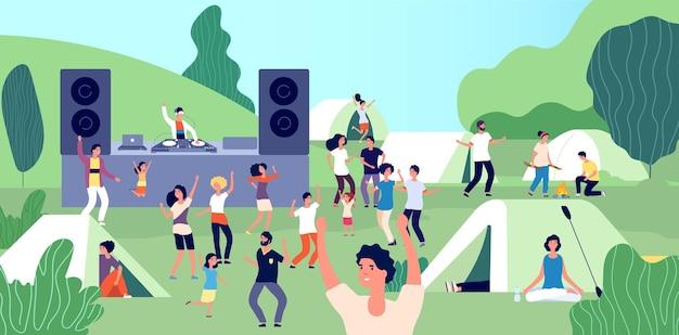 Festiwal na świeżym powietrzu. szczęśliwi ludzie z dziećmi tańczą. dj na kempingu, letnie wakacje