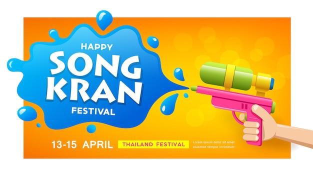 Festiwal songkran w tajlandii, pistolet na wodę w dłoni i plusk wody