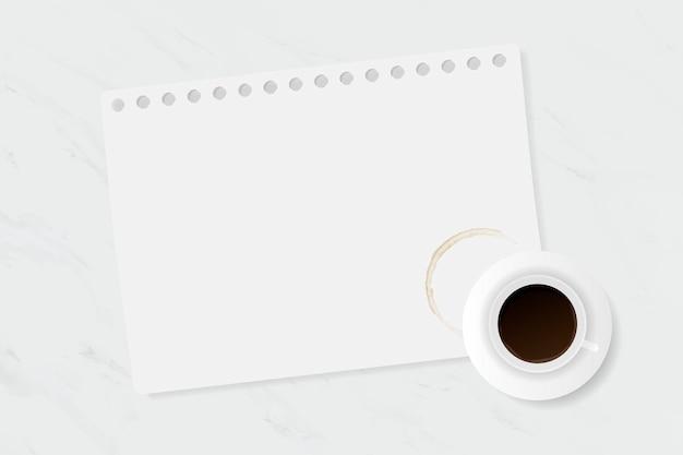 Filiżanka kawy na białym marmurowym stole