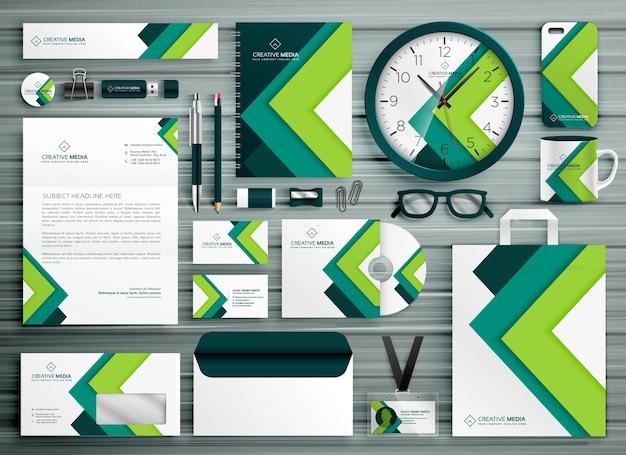 Firmowe pióro biznesowe szablon zestaw wzorów mockup z zielonym geometrycznym kształtem