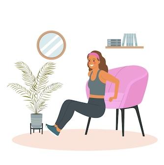Fitness kobieta robi ćwiczenia z krzesłem w salonie.