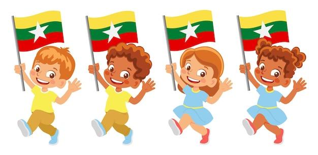 Flaga birmy w ręku. dzieci trzymając flagę. flaga narodowa birmy