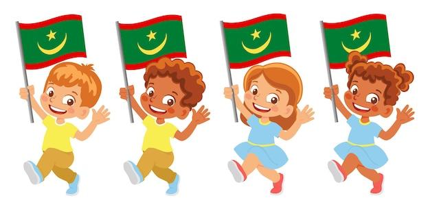 Flaga mauretanii w ręku. dzieci trzymając flagę. flaga narodowa mauretanii