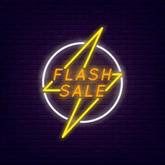 Flash sprzedaż kolorowy neon banner na mur z cegły. błyskawica w kręgu