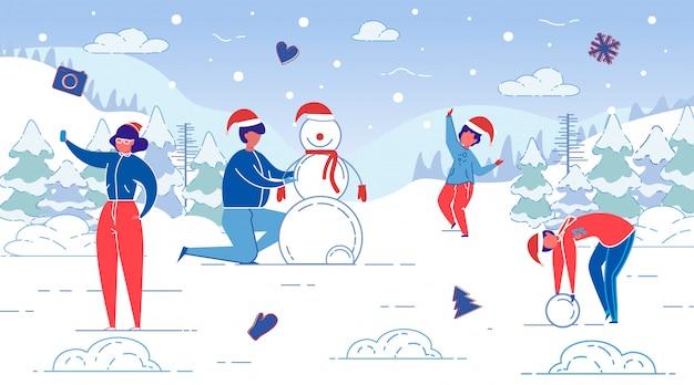 Flat banner winter fun, modeling snowman, slide. mąż i żona rzeźbią bałwana wraz z ich leśną polaną dla dzieci. mama bierze selfie. dzieci szczęśliwe i pomóżcie bałwanowi.
