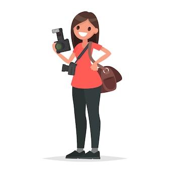 Fotograf kobieta trzyma aparat na białym tle.