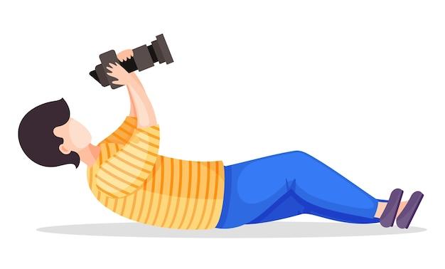 Fotograf lub paparazzi kładą się, aby zrobić najlepsze zdjęcie